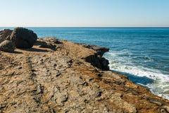 Rochers et érosion de Cliff Edge au point Loma Tidepools photographie stock libre de droits