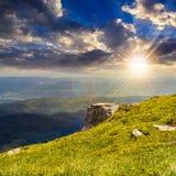 Rochers sur l'endge de la montagne au coucher du soleil Photos stock