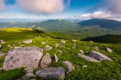 Rochers sur la colline herbeuse en été Image stock