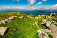 Rochers sur la colline herbeuse en été Photographie stock libre de droits