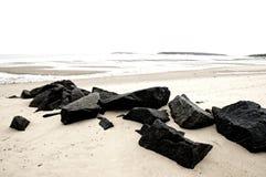 Rochers sur la plage images libres de droits