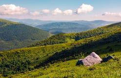 Rochers sur le flanc de coteau en hautes montagnes Photographie stock libre de droits