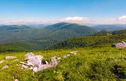 Rochers sur le flanc de coteau en hautes montagnes Photos libres de droits