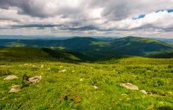 Rochers sur le flanc de coteau en hautes montagnes Photographie stock