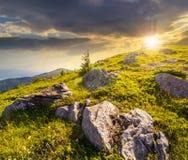 Rochers sur le flanc de coteau en hautes montagnes au coucher du soleil Photos stock