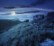 Rochers sur le flanc de coteau en hautes montagnes la nuit Image stock