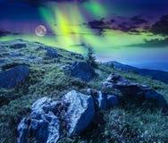 Rochers sur le flanc de coteau en hautes montagnes la nuit Image libre de droits