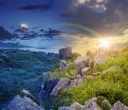 Rochers sur le pré de montagne avec des pissenlits 24 collages d'heure Images stock