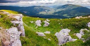 Rochers sur pentes herbeuses de montagne de Runa Photos libres de droits
