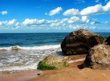 Rochers sur une plage Photo libre de droits