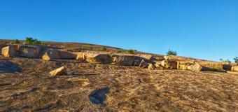 Rochers tout en augmentant une roche de dôme pendant le printemps photographie stock