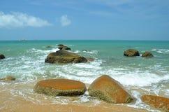 Roches à l'intérieur de la mer dans Hainan, Chine Photos libres de droits