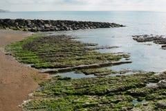 Roches à la plage de Rottingdean, le Sussex, Angleterre photo stock
