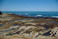 Roches à marée basse de l'Océan Atlantique photographie stock libre de droits