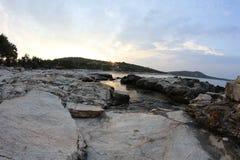 Roches égéennes de bord de la mer et de marbre en île de Thassos Images libres de droits