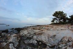 Roches égéennes de bord de la mer et de marbre en île de Thassos Photos stock