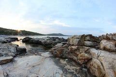 Roches égéennes de bord de la mer et de marbre en île de Thassos Image stock
