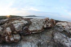 Roches égéennes de bord de la mer et de marbre en île de Thassos Photographie stock libre de droits