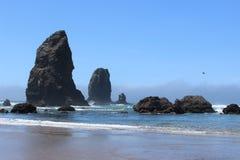 Roches énormes à l'océan Photographie stock