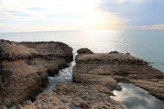 Roches étonnantes au bord de mer adriatique (Monténégro, hiver) Photos libres de droits