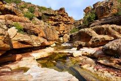 roches étonnantes de fleuve image libre de droits