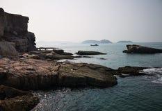 Roches, îles et la Mer de Bohai images libres de droits