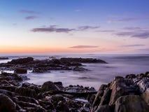 Roches au crépuscule dans l'Océan atlantique - 1 Image libre de droits