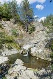 Roches avec la cascade en montagne de Rhodope Photographie stock
