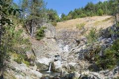 Roches avec la cascade en montagne de Rhodope Images libres de droits