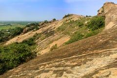 Roches avec le paysage de colline de ciel de sittanavasal Image stock
