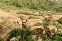 Roches avec le paysage de colline de ciel de sittanavasal Photographie stock libre de droits