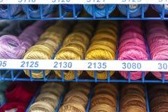 Roches avec piquer coloré pour le clother, coudre et raccommoder Photo libre de droits