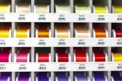 Roches avec piquer coloré pour le clother, coudre et raccommoder Photographie stock