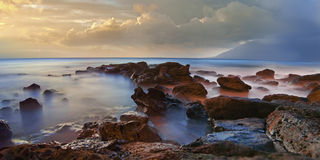 Roches brumeuses de mer avec du brouillard Photographie stock