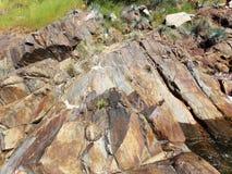 Roches brun-rougeâtre sur les banques d'une rivière - Yosemite, séquoia et parc national des Rois Canyon photos libres de droits