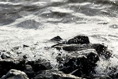 Roches côtières sur le fond de vague Photos libres de droits