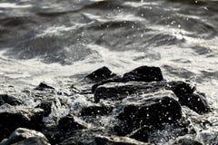 Roches côtières sur le fond de vague Image stock