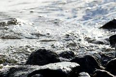 Roches côtières sur le fond de vague Images stock