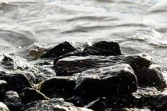 Roches côtières sur le fond de vague Images libres de droits