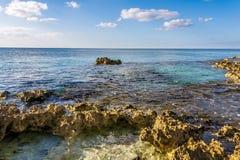 Roches calcaires sur le littoral photographie stock