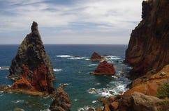 Roches colorées au bord de la mer de la Madère Photos libres de droits
