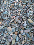 Roches colorées sur la plage Photo stock