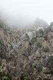 roches couvertes de neige dans le brouillard Photographie stock libre de droits