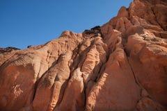 Roches d'érosion sur la côte de l'Espagne image stock