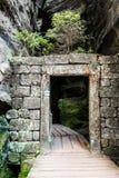 Roches d'Adrspach - porte en pierre Photographie stock libre de droits