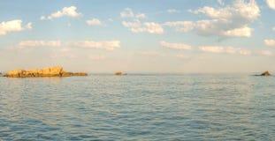 Roches d'or en mer, un jour ensoleillé lumineux avec les nuages blancs photo stock