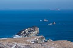 Roches d'hiver sur l'océan pacifique Image stock
