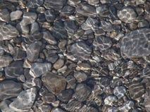 Roches dans l'eau Image stock