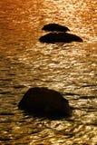 Roches dans l'eau brillante Photographie stock libre de droits