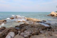 Roches dans l'océan Photos libres de droits